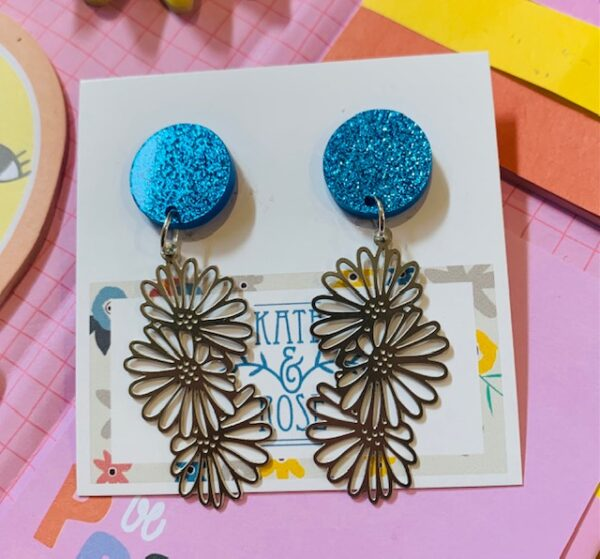 Daisy stainless steel and acrylic Statement earrings - Three daisies set with blue glitter studs - Dangle studs by Kate and Rose Kate and Rose (Fitzroy)