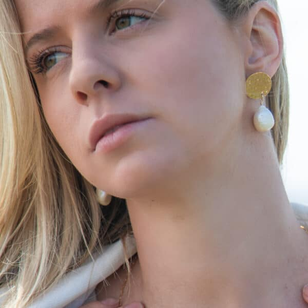 impressions-gold-disc-earrings-with-keshi-pearl-drop-maxi-by-juliestephens